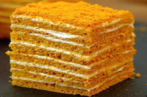 Одна порция безглютенового торта-медовика