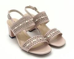 Розовые кожаные босоножки на среднем каблуке