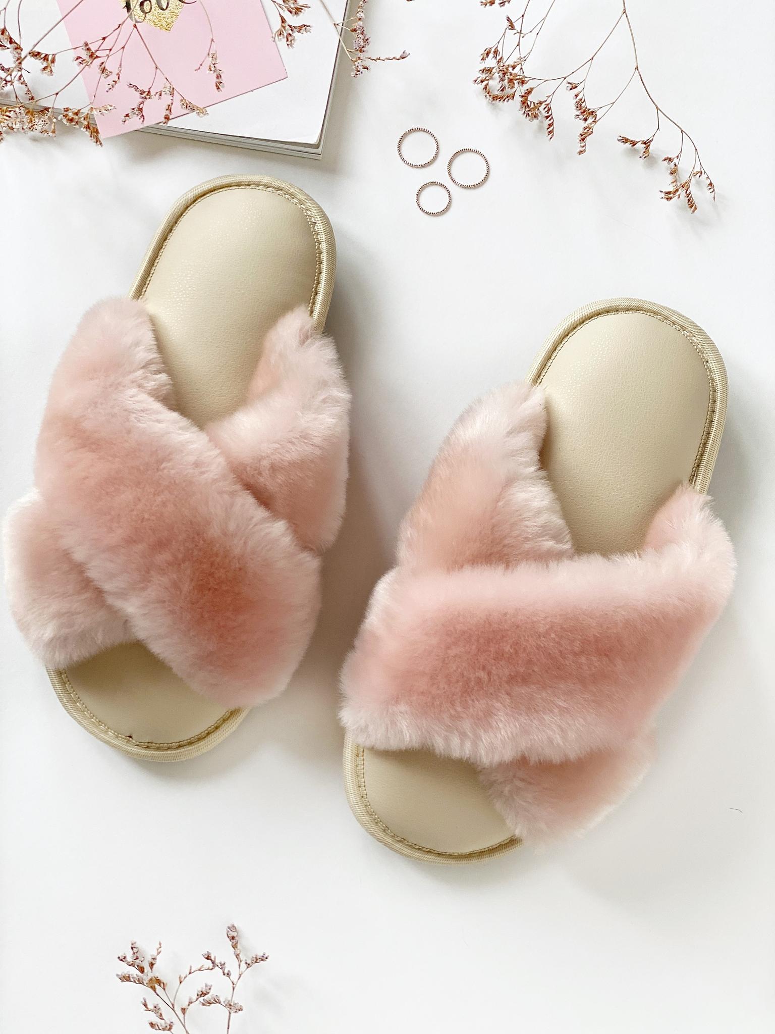 Меховые тапочки розовые с перекрестными шлейками и стелькой из экокожи бежевой