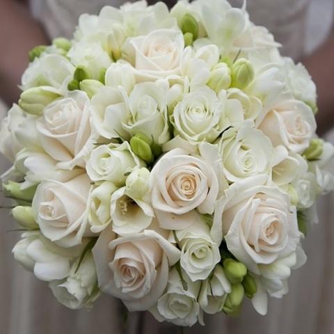 № 35. Классический и элегантный букет невесты из роз и фрезий.