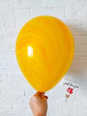 Желтый мраморный шар
