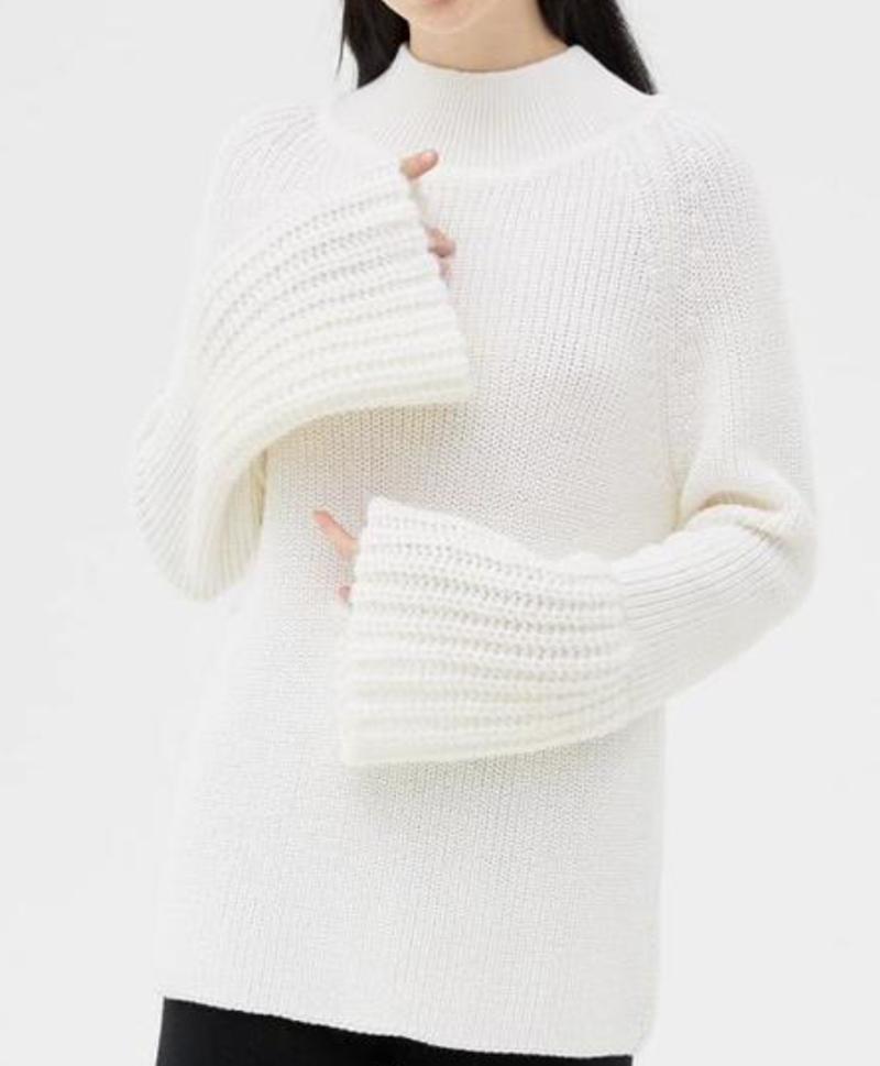 свитер-белый-с-широкими-рукавами