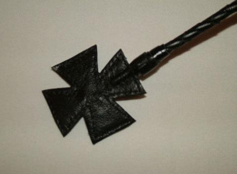Чёрный плетеный стек с крестом на конце - 70 см.