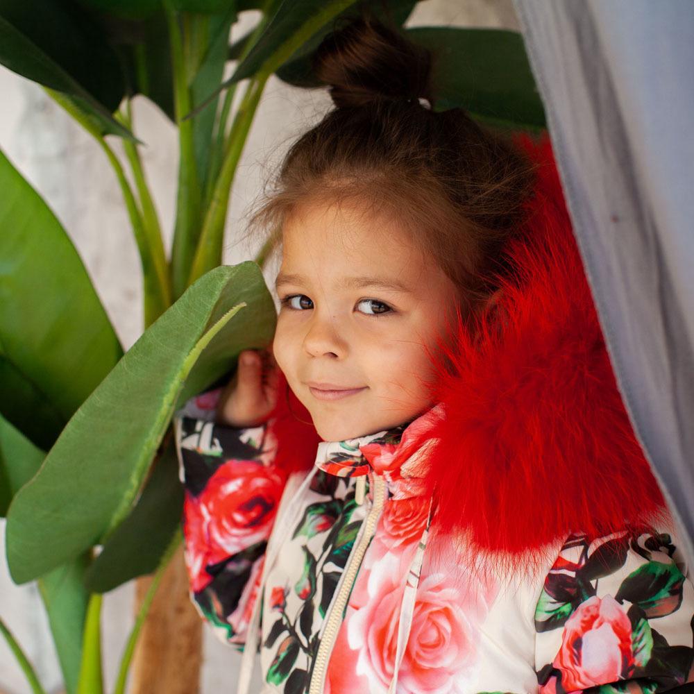 Дитячий зимовий комбінезон з принтом «Троянди» та опушкою з натурального хутра червоного кольору