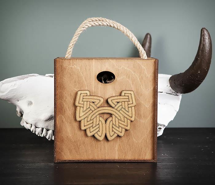 BOX217-2 Деревянная коробка с ручками с логотипом Бороды (17*17*10 см)