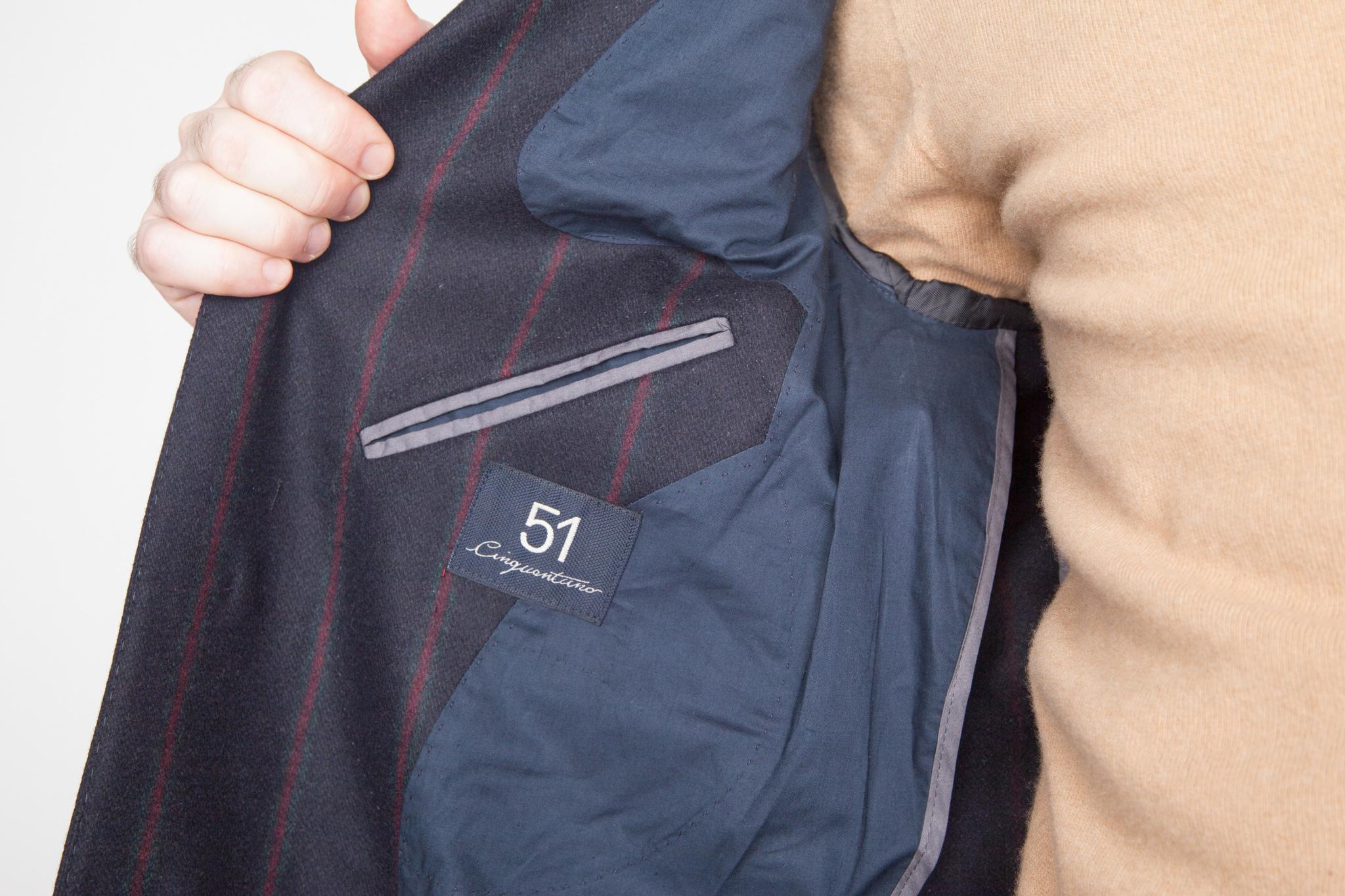 Классическое тёмно-синее шерстяное пальто в красную полоску, внутренний карман
