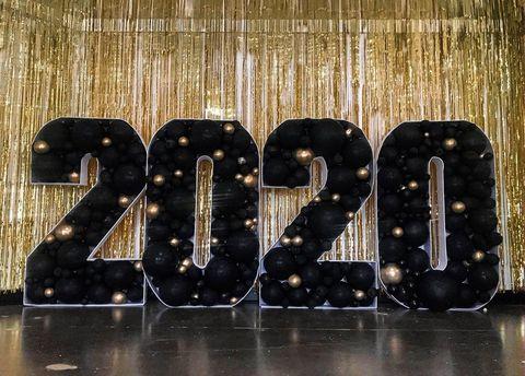 Большие цифры из шаров на Новый Год