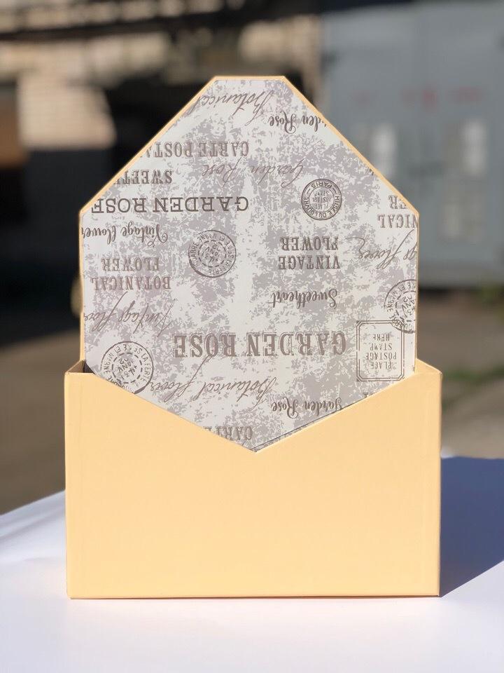 Картонная коробка для цветов в форме конверта . Цвет:Персик  . Розница 300 рублей .