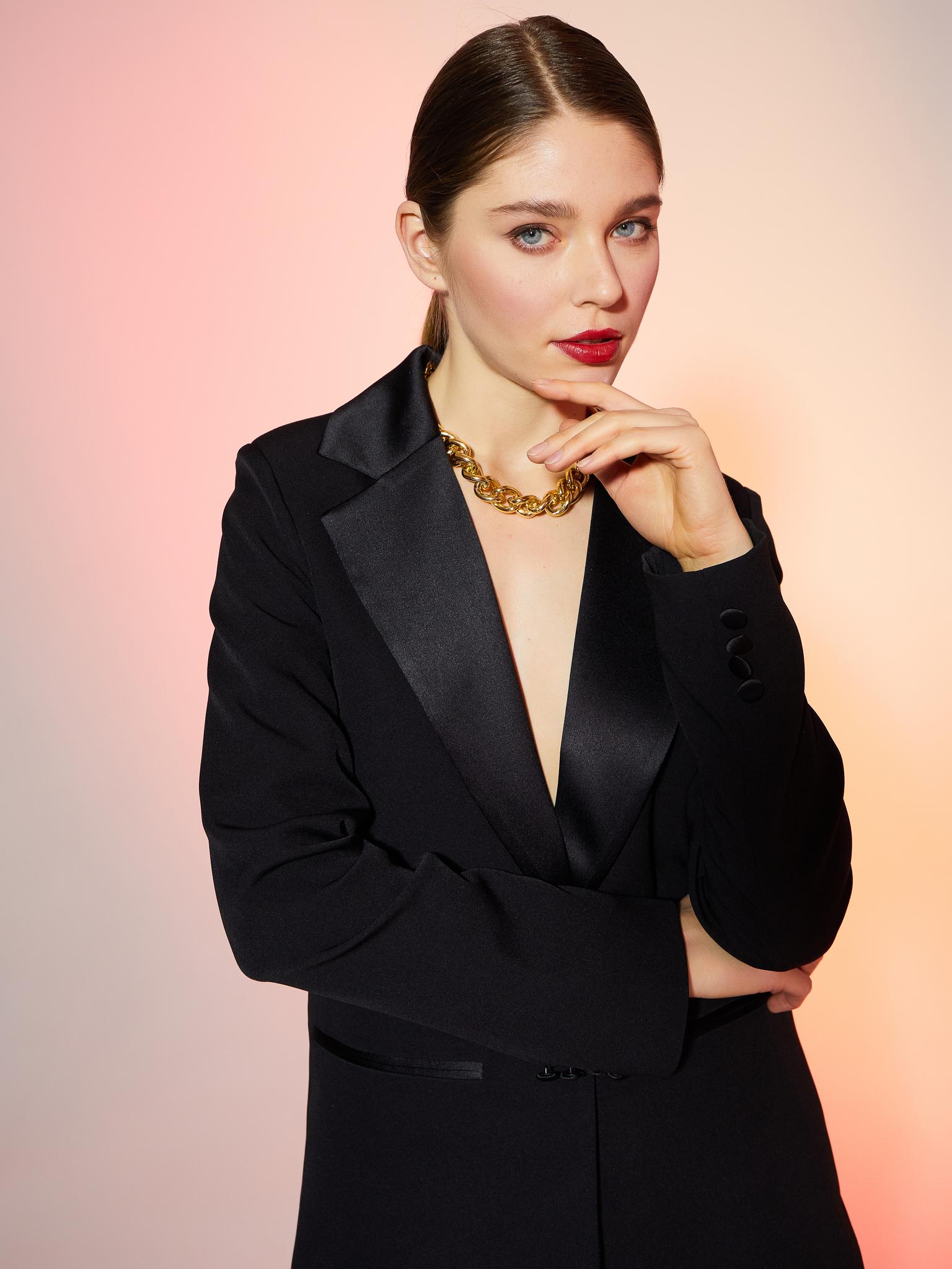 Пиджак прямой со шлицей с атласным воротником (черный)