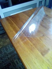 Накладка прозрачная толщиной 1мм, на деревянном столе.